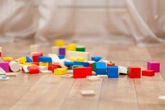 Cubos coloreados de los niños en el piso Foto de archivo