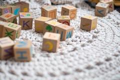 Cubos coloridos do jogo em um tapete branco Foto de Stock