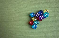 Cubos coloridos do pôquer foto de stock