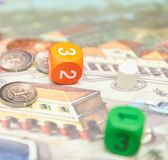 Cubos con el juego en la tabla Juegos de mesa temáticos vista vertical del primer del juego de mesa imágenes de archivo libres de regalías