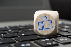 Cubos con el márketing social i de los medios como él imagenes de archivo