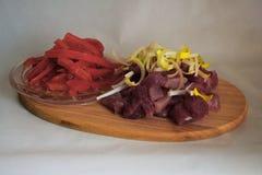 Cubos crus da carne de porco com pimenta vermelha na madeira Fotografia de Stock