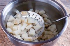 Cubos da raiz de aipo na água de gelo Foto de Stock Royalty Free