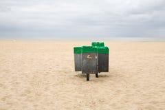 Cubos de basura en la playa Imágenes de archivo libres de regalías