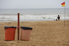 Cubos de basura en una playa Imágenes de archivo libres de regalías