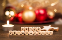 Cubos de Frohe Weihnachten na frente do fundo obscuro do Natal fotografia de stock royalty free