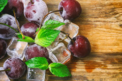 Cubos de gelo, cereja congelada, folhas de hortelã macro Fotos de Stock