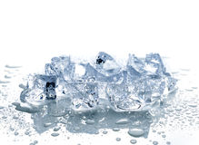 Cubos de gelo com água fotografia de stock royalty free