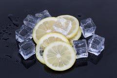 Cubos de gelo e fatias do limão Fotos de Stock