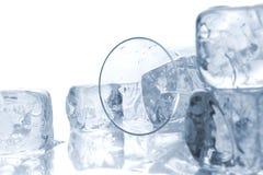 Cubos de gelo e vidro derramado, bebida foto de stock royalty free