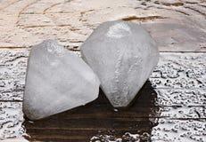 Cubos de gelo em um fundo de madeira Imagem de Stock Royalty Free