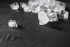 Cubos de gelo em um fundo preto imagem de stock royalty free