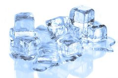 Cubos de gelo frescos que derretem em uma ressaca reflexiva branca Foto de Stock