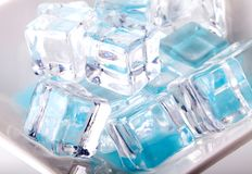 Cubos de gelo isolados no branco foto de stock