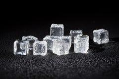 Cubos de gelo molhados no fundo preto Fotos de Stock