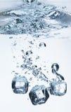 Cubos de gelo na água Fotografia de Stock Royalty Free