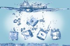 Cubos de gelo na água Fotografia de Stock