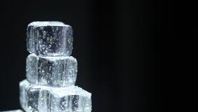 Cubos de gelo no bar video estoque
