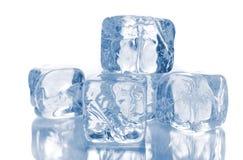 Cubos de gelo no branco Fotos de Stock