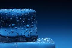 Cubos de gelo no fundo azul Imagem de Stock