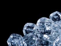 Cubos de gelo no preto fotografia de stock royalty free