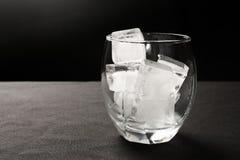 Cubos de gelo no vidro Fotografia de Stock Royalty Free