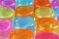 Cubos de gelo plásticos coloridos Cubos de gelo como o fundo Fotografia de Stock
