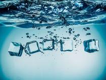 Cubos de gelo que caem sob a água Fotos de Stock Royalty Free