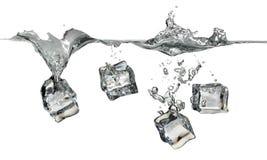 Cubos de gelo que espirram na água Fotografia de Stock Royalty Free