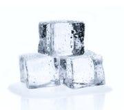Cubos de hielo aislados en blanco Foto de archivo libre de regalías