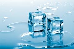 Cubos de hielo azules Fotos de archivo libres de regalías