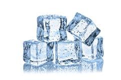 Cubos de hielo con descensos del agua Imagenes de archivo