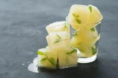 Cubos de hielo con el jugo y la menta de limón imagen de archivo libre de regalías