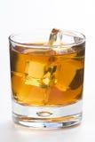 Cubos de hielo del whith de la bebida alcohólica Imagenes de archivo
