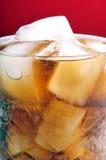 Cubos de hielo en bebida fotografía de archivo libre de regalías