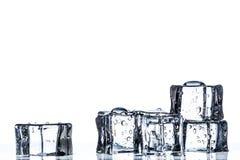 Cubos de hielo en el agua Fotos de archivo libres de regalías