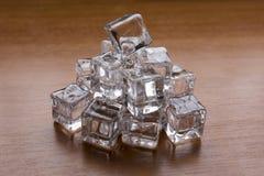 Cubos de hielo en el escritorio de madera Fotografía de archivo libre de regalías