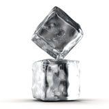 Cubos de hielo en el fondo blanco Foto de archivo