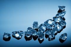 Cubos de hielo en luz azul fotografía de archivo libre de regalías