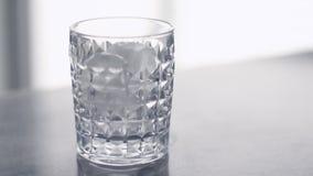 Cubos de hielo en un vidrio de cóctel, partido de lujo de la barra almacen de metraje de vídeo