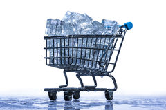 Cubos de hielo en una carretilla del supermercado Fotografía de archivo libre de regalías