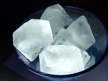 Cubos de hielo en vidrio fotos de archivo