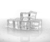 Cubos de hielo fríos en el fondo blanco Imagen de archivo libre de regalías