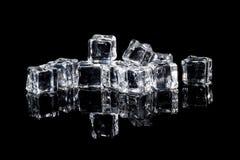 Cubos de hielo mojados en fondo negro Foto de archivo libre de regalías