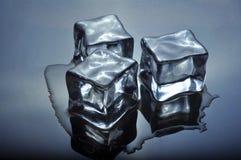 Cubos de hielo que derriten sobre el vidrio Imagen de archivo
