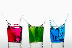 Cubos de hielo que salpican azulverdes rojos Fotografía de archivo libre de regalías