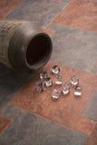Cubos de hielo sobre las baldosas cerámicas imagenes de archivo