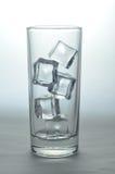 Cubos de hielo Unmelted en un vidrio Foto de archivo libre de regalías