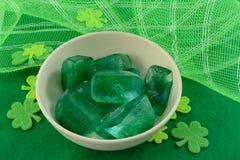 Cubos de hielo verdes con el trébol para el día del ` s de St Patrick Imagen de archivo