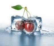 cubos de hielo y cereza dulce Imagen de archivo libre de regalías